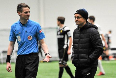 URETTFERDIG: Raufoss-trener Christian Johnsen - her sammen med dommer Harald Sletner - føler at pålegget om kun fem treningskamper rammer de små klubbene hardest.
