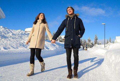 SOLSIDEN: - Det er her vi har lyst til å bo, sier Adam. Her sammen med kona Kristin Enevoldsen Solberg i Solvegen på Harestua.