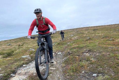 SATSER PÅ STISYKLING: Arbeidet med Beitostølen Trail Arena startet i 2018. Nå skal sykkelstiene utvides. Kasper Madsen (bildet) er prosjektleder.
