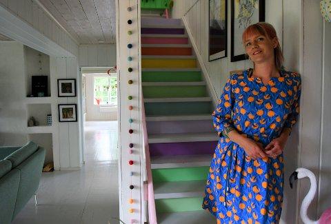 REGNBUETRAPP: Trappen til andre etasje har Ingrid malt i regnbuens farger med malingsrester hun hadde liggende.