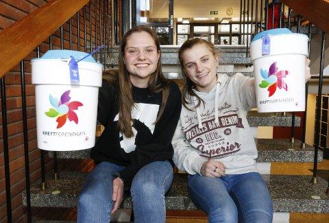 SPENTE: Hanne Berit Granlien (til venstre) og Sara Rirsch håpet på god oppslutning da bøssebærerne fra Ås videregående skole tok et krafttak mot kreft onsdag.
