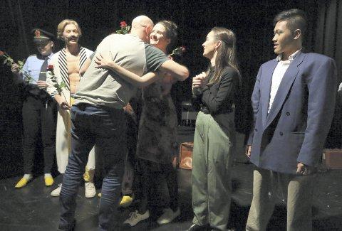 STOLT: Kontaktlærer Gjert Magne Endestad delte ut mange klemmer til ensemblet etter premieren.