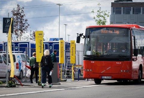 INGEN FARE: Denne kvinnen gjorde det på den riktige måten da hun kom gående til buss for tog-plattformen på vestsiden av Ski stasjon tirsdag formiddag.