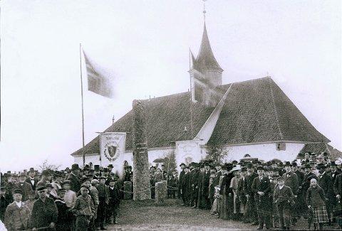 EIDSVOLDSBAUTAER  LARVIKs første eidsvoldsbauta var den som ble reist på Tjøllingvollen 17. mai 1899 over Tjøllings to eidsvoldsmenn, Iver Hesselberg og Ole Olsen Amundrød. Bildet er tatt under avdukingen.