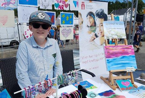 GAVMILD: Vegar Sandmo Gundersen samlet inn 7.000 kroner til Barnekreftforeningen under Helgeroadagen. Søndag fikk de pengene, og trodde nesten ikke det var sant.