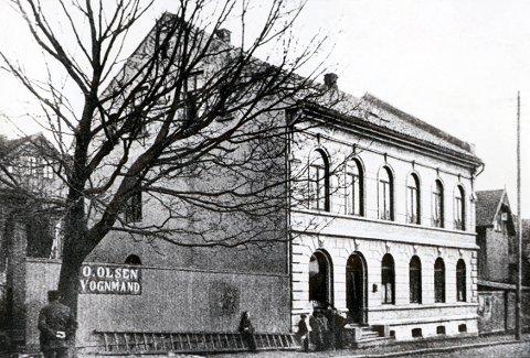 """LOKALAVISER. : Prinsegata 33 var """"Amtstidende""""s eiendom fra 1880-tallet til 1940, da avisa gikk inn. Bildet er tatt omkring 1900. I 1918 ble murgården vesentlig utvidet."""