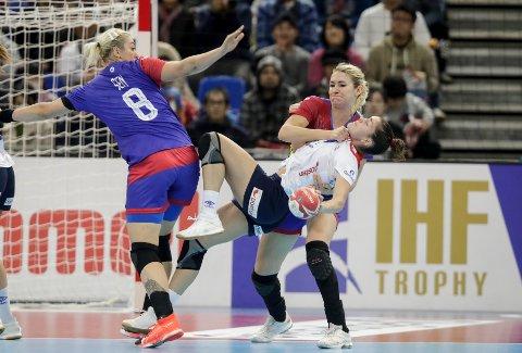 Stine Ruscetta Skogrand fikk tøff behandling under bronsefinalen mellom Norge og Russland. Russerne sikret seg bronsemedaljene. (Foto: Vidar Ruud / NTB scanpix)