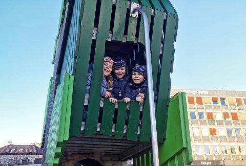 LUFTETUR: Søsknene Anna Karoline (10), Odd (3) og Herman (7) Eia Bohlin koser seg ute med sol og fint vær 1. juledag.