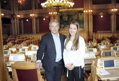TRIVES: Maria Gjems French har jobbet sammen med Knut Storberget på Stortinget denne uka, og synes det har vært veldig gøy.Foto: Privat