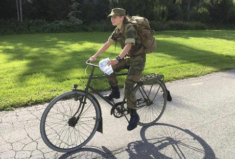 I MILITÆRT UTSTYR: Hanne Korneliussen debuterer i Birkebeinerrittet. 20-åringen skal sykle i militæruniform, og med en over 50 år gammel militærsykkel som kun kan skimte med ett eneste gir.