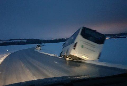Speilblankt: Bussene hadde ikke sjanse på den speilblanke vegen fredag morgen.