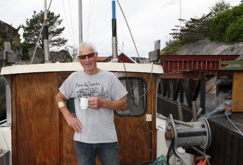 Fisker Per Kristensen på Valle er 90 år 1. juli. Han er fortsatt ute på sjøen midt på natta og dorjer makrell som han leverer på fiskesalgslaget i Kragerø før klokka 08 om morgenen. – Jeg står fortsatt opp klokka 01.30 om natta, det ligger i blodet, sier han.