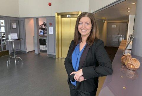 TAR IMOT GJESTENE: Hotelldirektør Anja Eriksen må selv ta vakter i resepsjonen nå som 17 ansatte er permittert. Hun ser fram til at alle er tilbake på jobb. – Vi får håpe vi kommer opp på et bedre nivå snarest mulig.