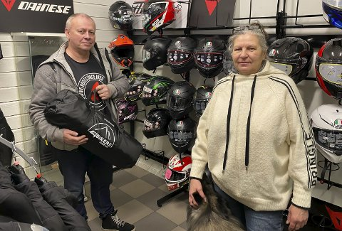 GLEDER SEG: Runar Aas og Marit Haug van Rijnbach ser fram til årets MC-sesong. Fra butikken ved Lillegårdskrysset selger de MC-utstyr til barn, kvinner og menn. I år får de også inn teltutstyr til motorsykkel som de tror vil slå an.