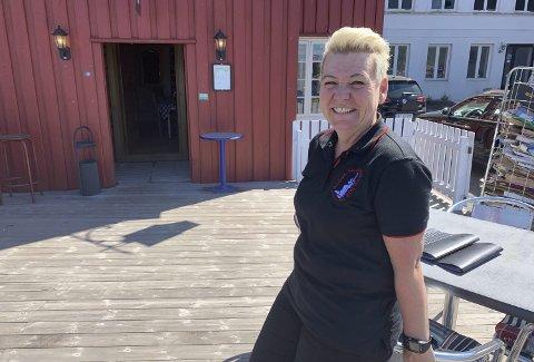 BEDRE ENN FRYKTET: Hege Skilbred på Seilmaker'n stråler etter at kommunen sa ja til å betale for ny vegg og vanntank. Selv skal hun betale for ny anretning.