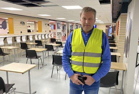 ORDEN: Den pensjonerte politimannen Bjørn Helge Myhre passer på at elevene ved Porsgrunn videregående skole følger smittevernreglene. I kantina er bordene nylig delt opp i mindre bord. – Hadde vi gjort det da vi kom, tror jeg det hadde vært vanskeligere. Nå kjenner vi elevene og de har et forhold til oss, sier 59-åringen.