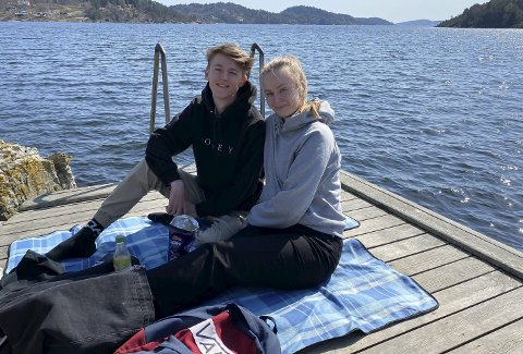 NYTER FINVÆRET: David Olsen (20) og Sofie Pedersen (20) tok turen til Mule Varde tirsdag for å feire to år som kjærester. Med seg hadde de litt godterier, men ikke badetøy. – Det er litt for tidlig. Fortsatt litt kaldt, sier Olsen.
