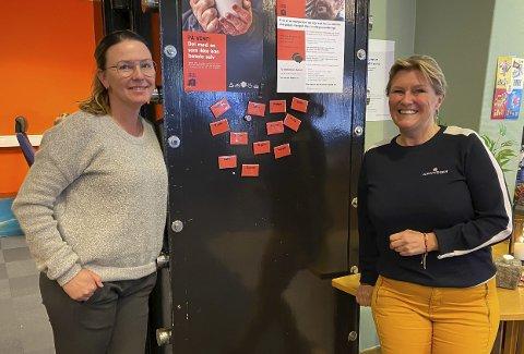 STOR RESPONS: Nina Meling Haugen og Signe Tynning i Kirkens Bymisjon er fornøyd med magnet-løsningen de har tatt i bruk i kafeen. – Vi har folk som bruker det hver dag, og faste kunder som kommer innom for å gi, sier Haugen.