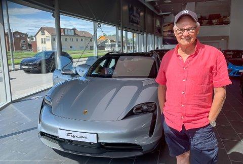 BEGEISTRA: Mangeårig Porsche-fan fra Drammen, Oddvar Christensen (81), klarte ikke styre sin begeistring da han fikk se på ekte hva han har bestilt levering på i november.  – Førsteinntrykket er helt fantastisk. Nå har jeg én uke på meg til å bestemme farge, gliser han.