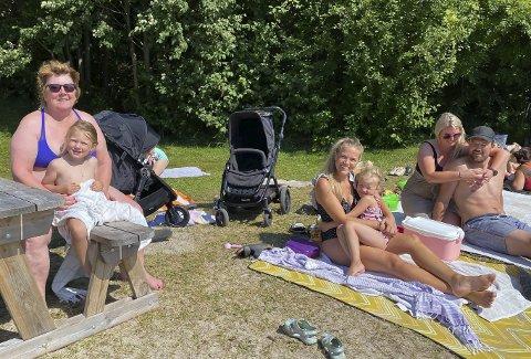 NYTER SOMMER OG SOL: Eli Ragnhild Haraldsen med barnebarnet Amy Angelica Knutsen Haraldsen, Jeanette Eriksen med datteren Lilli Blomvik Eriksen og Karianne Knutsen og Knut Arne Haraldsen.