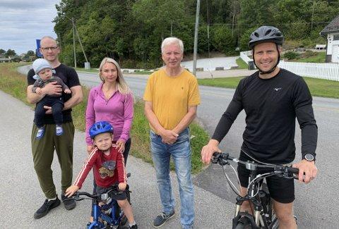 MANGLER GANGFELT: Fra venstre: Robin Hetland, Henry (1), Ida Zoï Salvesen, Noah (4), Olav Havstad og Jonathan Waatevik. Naboene etterlyser et gangfelt mellom gangstien og innløpet til turløypa bak dem. Nærmeste krysningspunkt er plassert flere hundre meter unna, ved Flåttenkrysset.