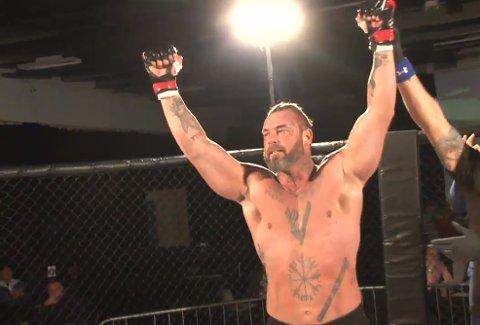 Tredje proffseieren: Det ble seier til Kim Valhalla Johansen (42) da han møtte engelske Neil Derry i sin fjerde proffkamp som MMA-utøver.