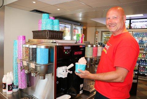 POPULÆRT: Jan Wallberg fikk på plass en selvbetjent softismaskin i april, med rosa og hvit softis. Den har slått an.