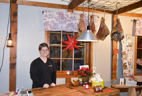1 bak disken: Helgene før jul tilbringer Marte Pruglhei i gårdsbutikken. 2  I tillegg til ferskt kjøtt tar Marte inn varer fra andre gårdsbutikker. 3 Det fokuseres på kortreist mat og lokalproduserte varer som kaffe, sjokolade, strikketøy, krydder og syltetøy.