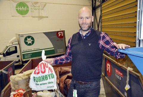 HVITE: Geir Benden med en hvit pose, en av mange som samlet utgjør mange tonn som må sendes til Sverige for gjenvinning. Nå vil HAF at du skal sortere bedre, og snart er «agent 001» klar for innsats. Foto: Viktor Leeds Høgseth