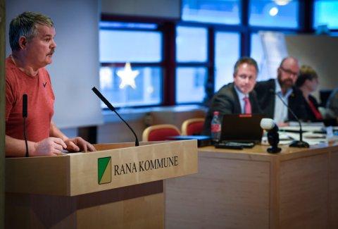 Rødts Atle Hiller tok opp spørsmålet om samisk skilting. Neste år kan det være på plass.