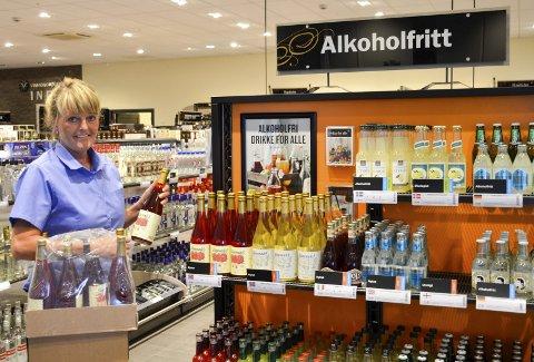 Selger godt: Hylla med alkoholfrie alternativer er godt synlig i butikken. Her finnes mange spennende forfriskende drikker. Foto: Beth-Kajsa Elveos