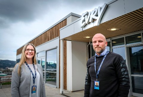 Operasjonelt ansvarlig ved Evry, Charlotte Stråmyr Norwich og HR-leder Jim Johansen, ser ikke bort fra at de må utvide det nesten 5000 kvadratmeter store bygget i framtiden.