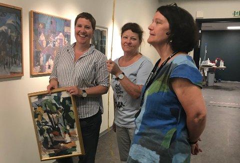Styremedlem Berit Skjelvik (t.v.), Bente Høyen fra utstillingskomiteen og styreleder Eva Sundsvold i Rana Kunstforening er klar for sommerutstilling i Moment.