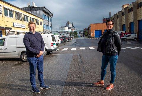 Hans-Petter Skjæran fra Celsa armeringsstål og Eli-Anita Aastrøm fra Ferroglobe, sier kortere åpningstider i barnehagen er belastende for de ansatte. - Hos oss som er en skiftgående bedrift, berøres i gjennomsnitt 16 ansatte per dag av dette.