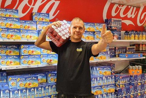 – Det er tomt langs veien, det er tomt i butikken og jeg går bare og venter, sier Ludvig Segerstedt, deleier av Gränslöst i Umfors.