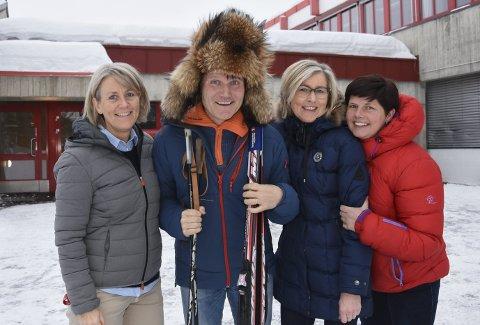 Lykke til i OL: Om noen dager reiser Sigvart Bjøntegaard til Sør-Korea for å følge sønnens OL-debut. Lærerkollegene Gunn Sjøholt Sagen (t.v.), Siv Banken Kongssund og Susanne Pettersen Samuelstuen ønsker begge lykke til. I slutten av april reiser alle på bildet til Svalbard for å delta på Svalbard Skimaraton, der  Sigvart Bjøntegaard er rennleder. Med på turen er også Simen Nysveen Johansen og Truls Storsveen. Men nå er det OL som gjelder. – Det blir veldig spennende. Jeg reiser sammen med broren til kona mi. Vi skal se sprint og jaktstart, sier Bjøntegaard. Foto: Ole Ludvig Rosenborg