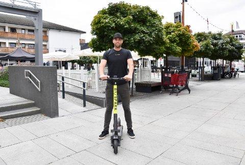 NÅ ER DE PÅ PLASS: Tom Jarle Melby brukte fredagen til å sette ut elektriske sparkesykler i Brumunddal.