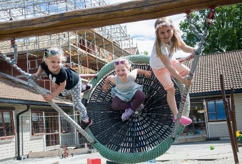 Sara Baksvær Steen, Sara Hamborg og Julie Andersen gleder seg til å ta i bruk gymsalen i den nye etasjen på Hov barnehage.
