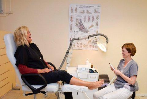 SAMMEN I OVER 10 ÅR: Eva Aina Vestland og Marit Bølviken har drevet som frisør og fotterapeut på samme sted siden 2006. I blant treffes de også på uteoppdrag.