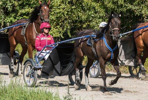 """Martha Louise i rødt med Trond """"Buller'n"""" Anderssen i blått foran hos Team Buller'n i Vestre Ådal."""
