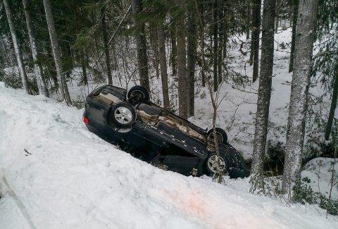 ULYKKE: Bil på taket seks kilometer fra Sokna sentrum mot Strømsoddbygda.
