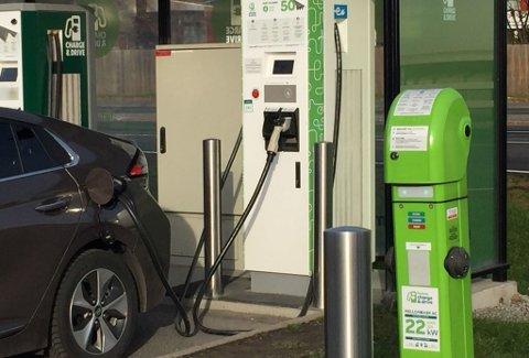KOSTBART: Må du lade ofte på offentlige ladestasjoner, blir driftskostnadene fort høye - også med elbil. Foto: Frank Williksen