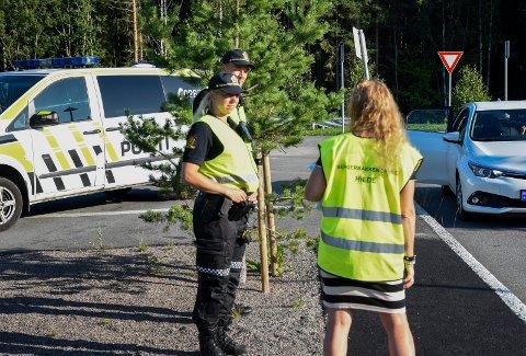 UTE PÅ SKOLENE: Betjentene fra politiet besøkte Bergerbakken skole, hvor de fikk god informasjon fra Hilde Midtlie.