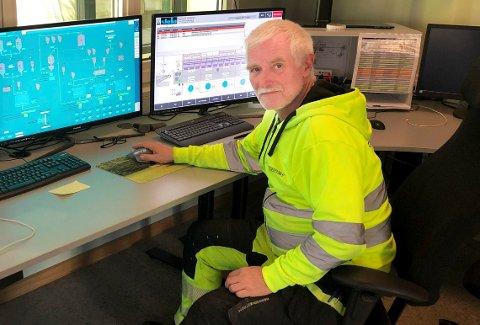 KONTROLL: Bjørn Olav Bråten på kontrollrommet dagen etter at han måtte tilkalle både brannvesen og industrivernet på grunn av røykutvikling.