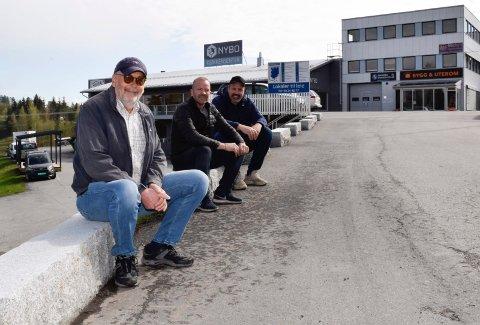 KJØPTE: Arne Evjen, John Gunnar Jakobsen og Arve Nordskog overtok eiendommen på Tyristrand i desember i fjor. Nå har de boligplaner.