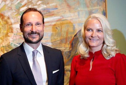 TIL HOLE: Kronprins Haakon og kronprinsesse Mette-Marit deltar på gudstjenesten i Hole kirke.