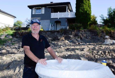 KLART: Vann og avløp er gjort klart på tomta, og en pumpestasjon er satt med, men likevel har Finn H. Løken ikke fått klarsignal for bygging.