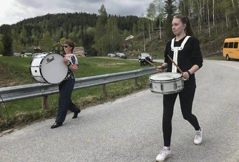 Øver: Merethe og Ambjørg Uverud i fin driv opp kleivene mot Hovin kirke. 17. mai stiller de i Hovin Ompa til glede for store og små i barnetoget.