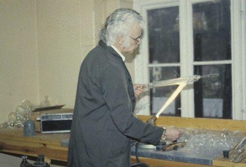 GLASSBLÅSER:  Roar Knudsen formet laboriatoriutstyr i glass, men blåste også bokstaver til lysskilt. (fotograf  ukjent/ Iversens fotoarkiv)