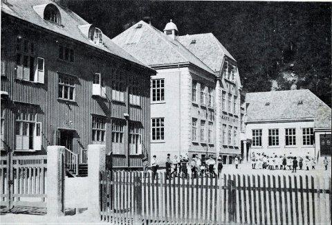 SLEMME GUTTER: - Bedst at ta sådanne slemme gutter under behandling i tide, skriver en far til rektor Sanden ved Rjukan barneskole. Bildet viser skolen engang på 1920-30 tallet.